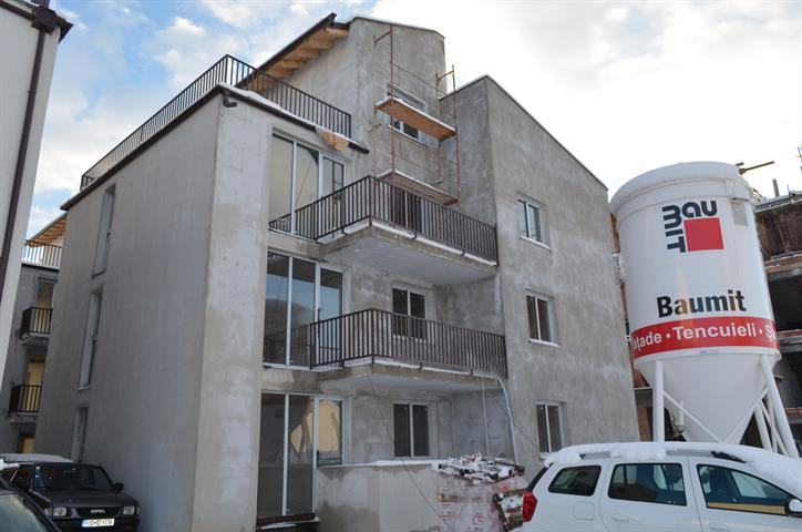 Apartament 3 camere + 80 mp curte  zona Calea Cisnadiei